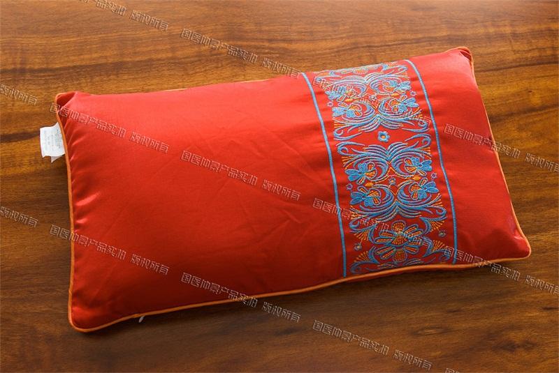 缎面绣花枕头